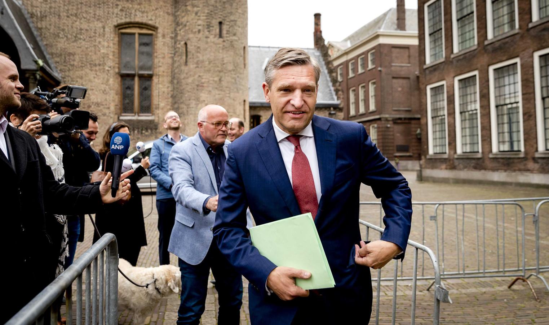Sybrand van Haersma Buma op het Binnenhof voor aanvang van de formatiegesprekken met informateur Edith Schippers.