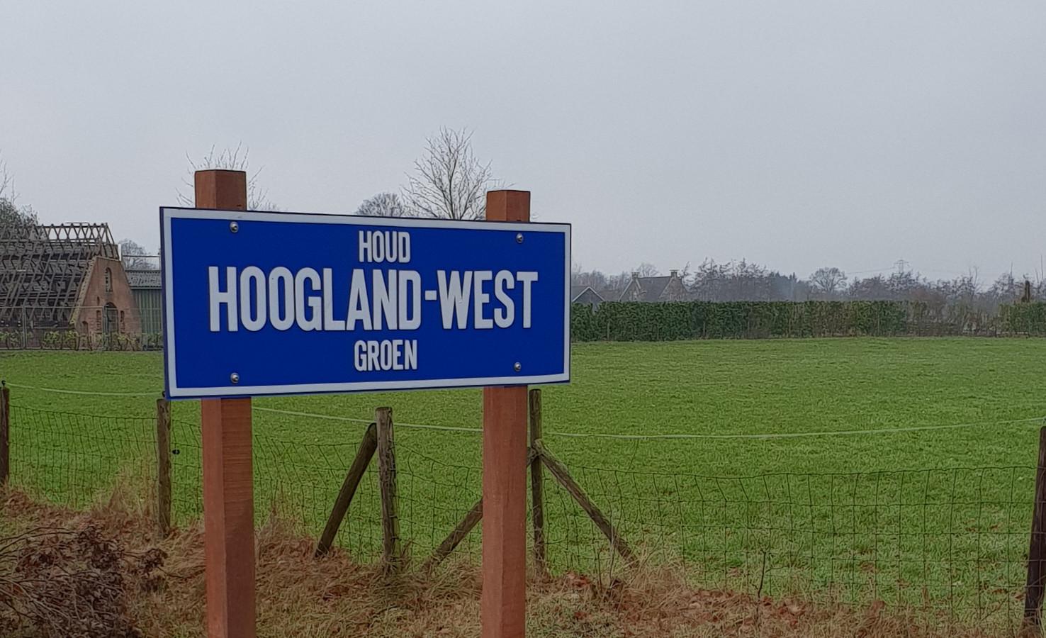 Ineens zijn ze weer terug; de borden 'Houd Hoogland-West Groen'. Moeten we ons zorgen maken dat de polder alsnog wordt volgebouwd?