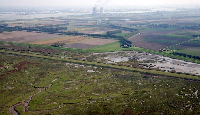 Luchtfoto uit 2013 van het grensgebied  met op de voorgrond het Verdronken Land van Saeftinghe, de polders, de koeltorens van de kerncentrale Doel en de Schelde.