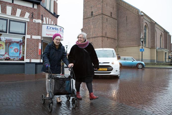 Het oversteken rond de Nicolaaskerk in Heino is voor vooral ouderen soms een gruwel.