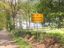 Borden geplaatst  als waarschuwing voor buizerd in Rijssen-Holten