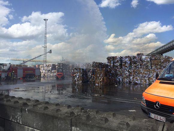 Enkele kartonnen balen zijn volledig opgebrand.