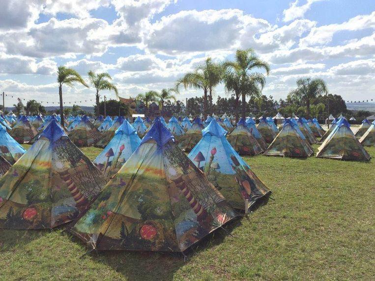 De 'Easytents' bieden plaats aan 4.560 kampeerders. Beeld TML