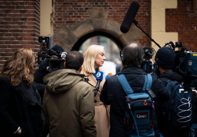Sigrid Kaag staat de pers te woord op weg naar de ministerraad. In de media moest zij zich tijdens de campagne steeds verantwoorden voor haar uitstraling en achtergrond.  Beeld Freek van den Bergh / de Volkskrant