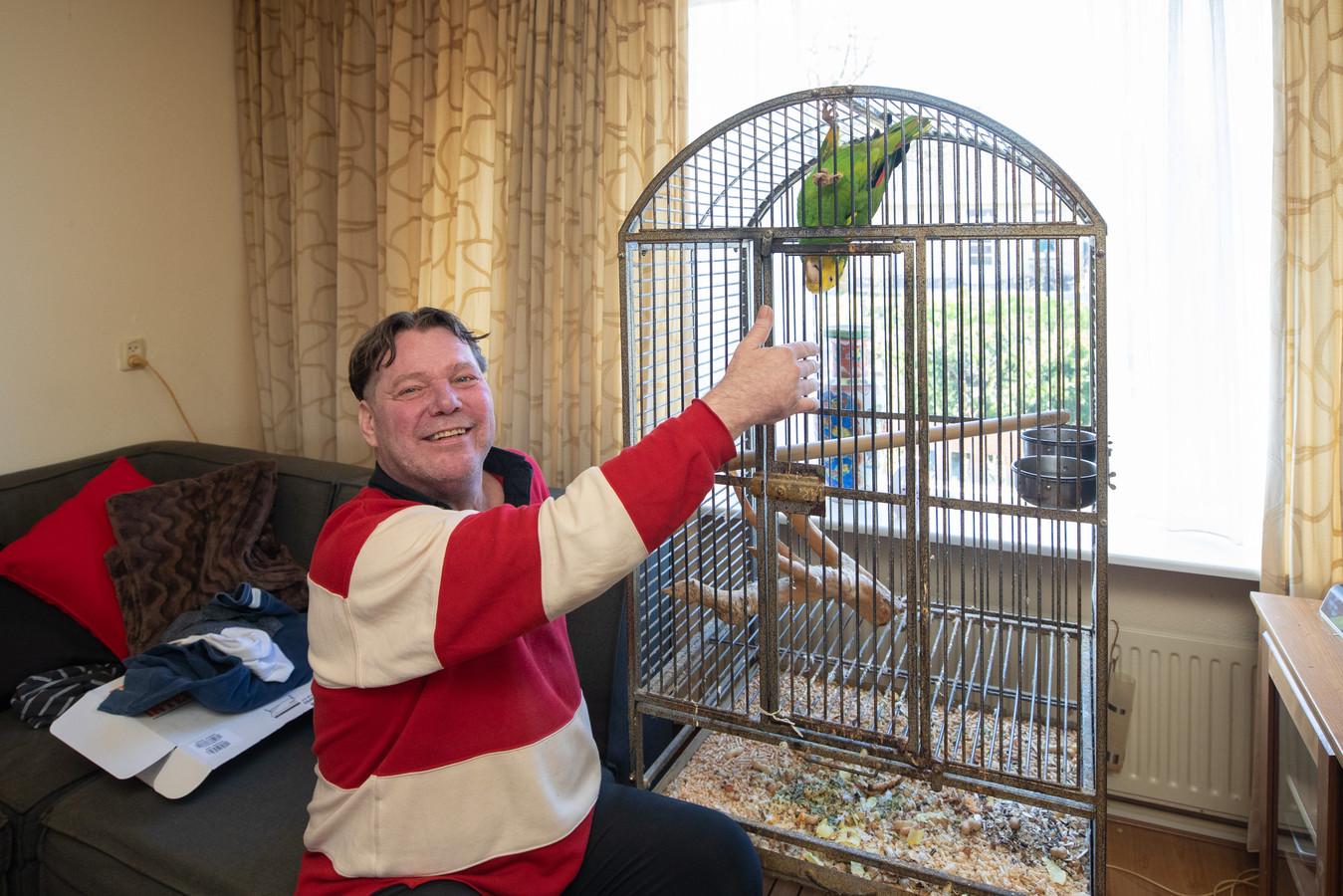 Albert van Zanten had alleen papegaai Pino over na de brand. Pino verbleef een tijdje bij Albert's moeder, maar is nu weer herenigd met zijn baasje.