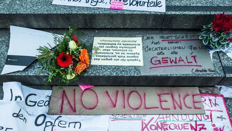 Op de trappen voor de Dom liggen bloemen, gedichten en spreuken. Beeld Bob Van Mol