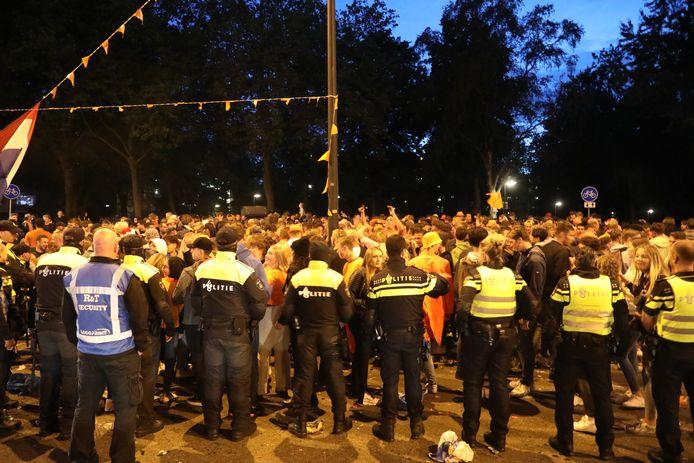 De politie veegt de oranjerotonde in Apeldoorn leeg.