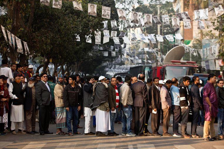 Mensen staan in de rij om hun stem uit te brengen in Dhaka, Bangladesh. Beeld AP