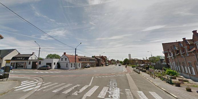 Op het kruispunt van de Volkslaan met de Dadizelestraat in Menen kwam het tot een aanrijding.