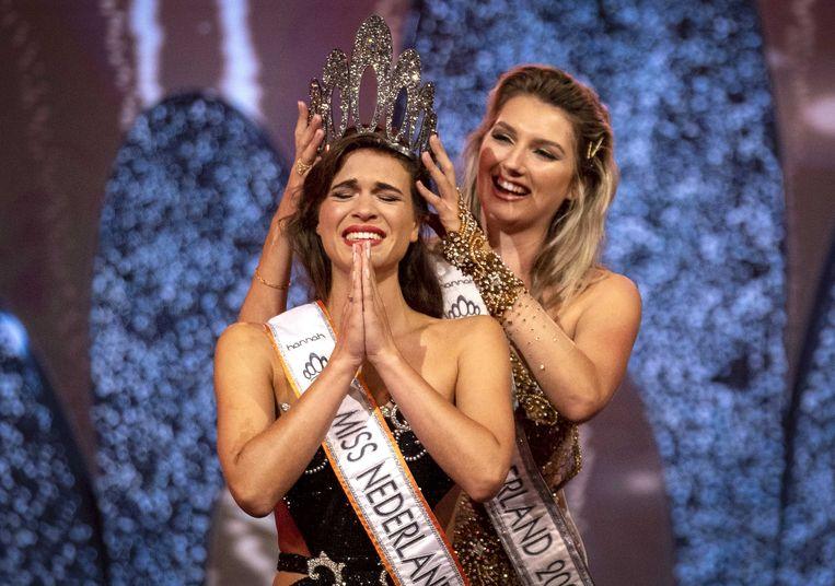 Julia Sinning krijgt de kroon op haar hoofd van haar voorgangster Denise Speelman, Miss Nederland 2020. Beeld ANP