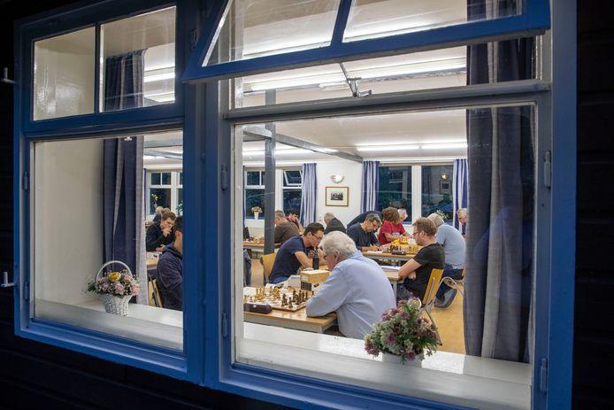 De schakers van Schaakvereniging Wageningen speelden woensdagavond voor het eerst in het clubhuis van de dammers van WSDV.