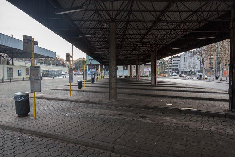 De bushaltes aan het station van Genk liggen er door de staking van chauffeurs van De Lijn en de onderaannemers verlaten bij.