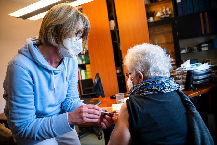 Sinds deze week kunnen huisartsen zelf vaccins toedienen in Duitsland.