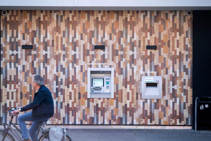 Bovenstaande pinautomaat in Zeist is één van de pinautomaten waar de dader 151.000 euro pinde.