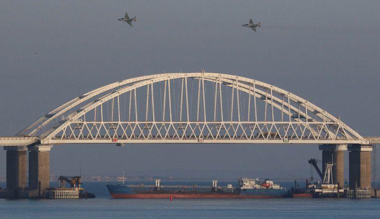 Russische straaljagers vliegen over de straat van Kertsj, die geblokkeerd wordt door een cargoschip.