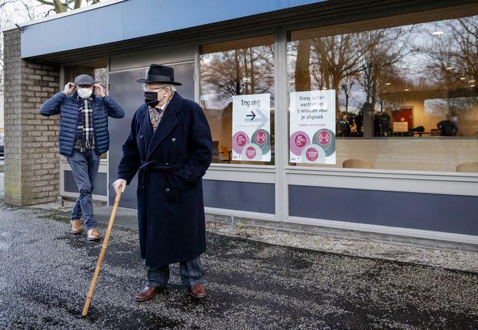 Vaccineren in Oost-Nederland gebeurt onder andere in Apeldoorn. Maar niet alle ouderen uit de buurt komen er binnen...