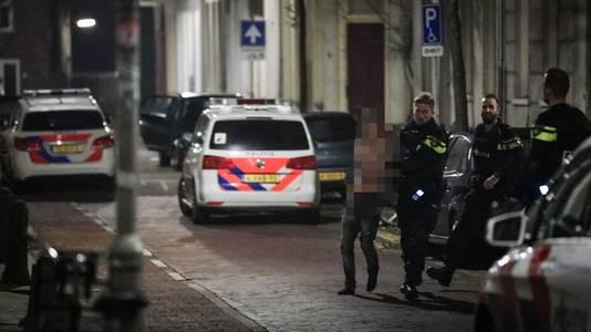 De aanhouding, vanochtend, in Arnhem. De man is meegenomen naar het politiebureau.