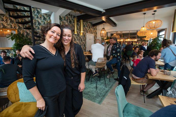 Els Vanelderen (rechts) mocht haar gloednieuwe zaak 'NEKE Something Els' afgelopen zondag al feestelijk openen voor genodigden, samen met de hulp van haar zus Hilde (links).