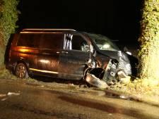 Automobilist zwaargewond na botsing tegen boom in Laren