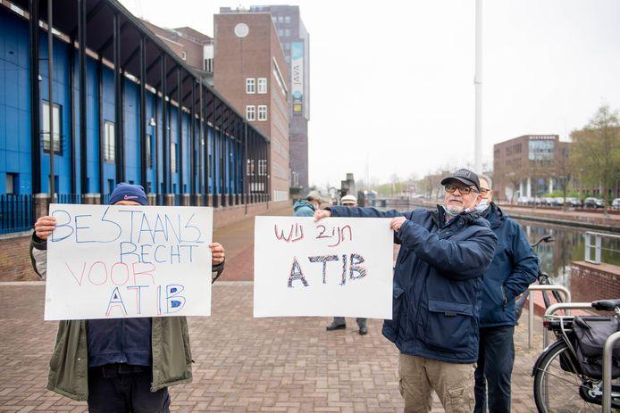 Leden van de Turkse vereniging ATIB protesteren buiten bij de rechtbank.