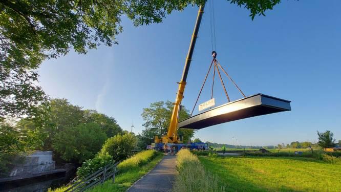 """Provincie legt nieuwe brug over Ieperleekanaal in Boezinge: """"Vanaf 13 juli kunnen we erop fietsen en wandelen"""""""