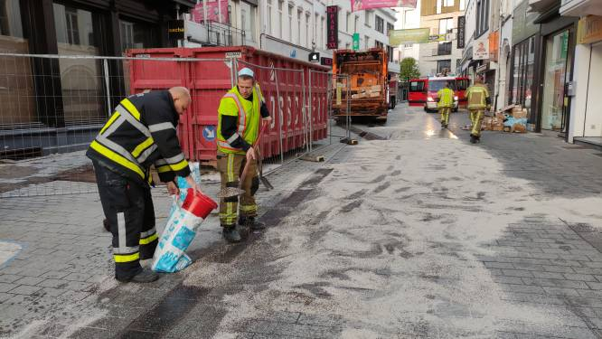 Vuilniswagen verliest hydraulische olie in Lange Steenstraat