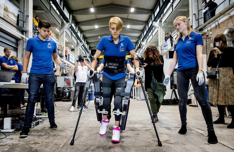Sjaan Quirijns oefent in het nieuwe exoskelet van het Delftse studententeam Project March. Beeld null