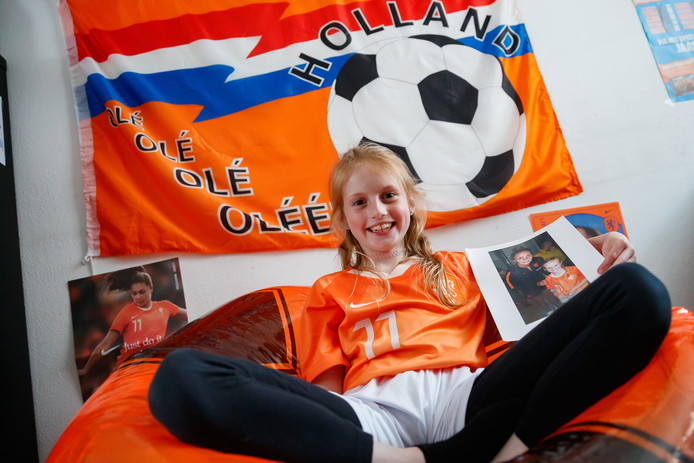 Kayleigh de Bekker (8) uit Dinteloord is helemaal fan van de Oranje Leeuwinnen. Ze heeft hetzelfde voetbalshirt als haar idool gekocht: Lieke Martens.