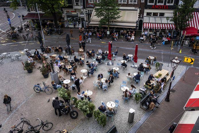 Een terras op het Spui in Amsterdam.