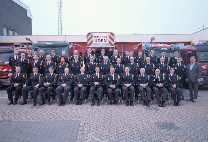 Het brandweerkorps in 2019 met rechts burgemeester Henk Hellegers.