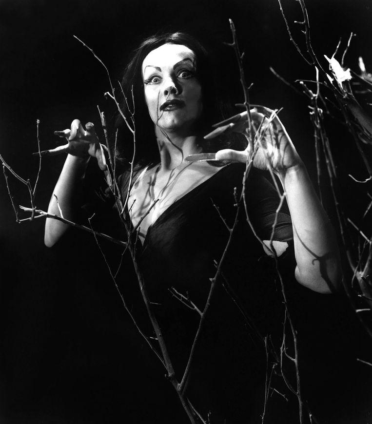 Vampira in 'Plan 9 from Outer Space' (1957) van Ed Wood,  misschien wel de slechtste film ooit gemaakt. Beeld Alamy Stock Photo