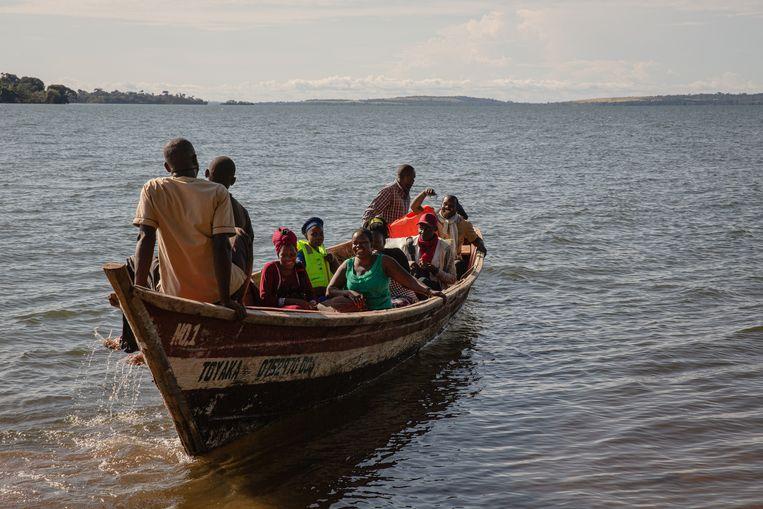Een groep leraren van een eilandje tien kilometer verderop gaan hun prik halen op Bufumira-eiland. Beeld Esther Ruth Mbabazi