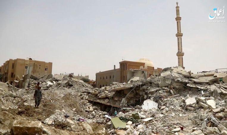 In Raqqa, de zelfverklaarde hoofdstad van IS in Syrië, wordt al wekenlang hevig strijd gevoerd. Beeld AP