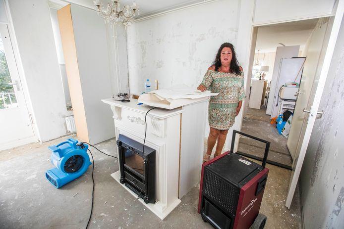 Jacqueline van den Heuvel in haar huurwoning  van woningcorporatie Staedion die onbewoonbaar is geworden door lekkages van de centrale verwarming.