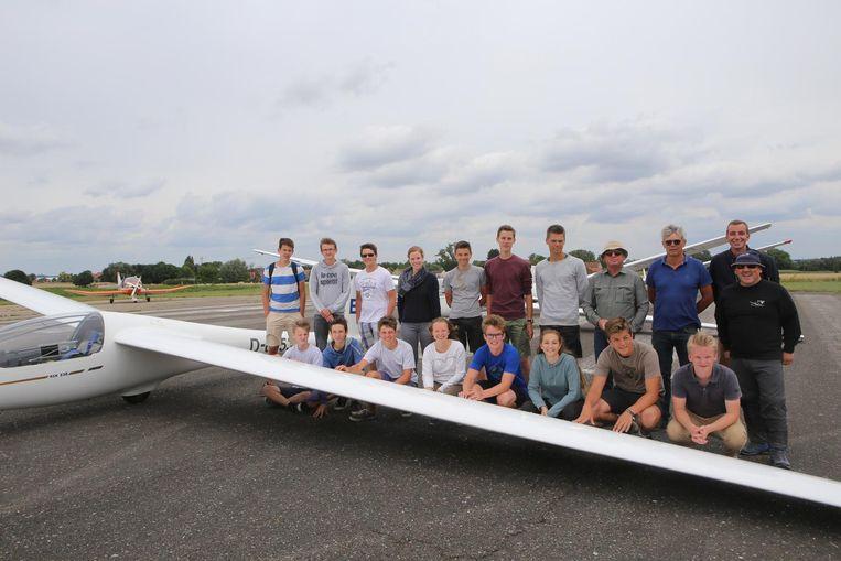 Alle deelnemers van het zweefvliegkamp, georganiseerd door de Koninklijke Vliegclub De Wouw.