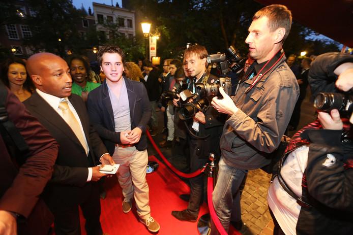 Jens Rijsdijk (in het midden in de camera kijkend) op de rode loper van het Nederlands Filmfestival in Utrecht. Op zijn achttiende was hij de jongste filmsregisseur op dit festival.