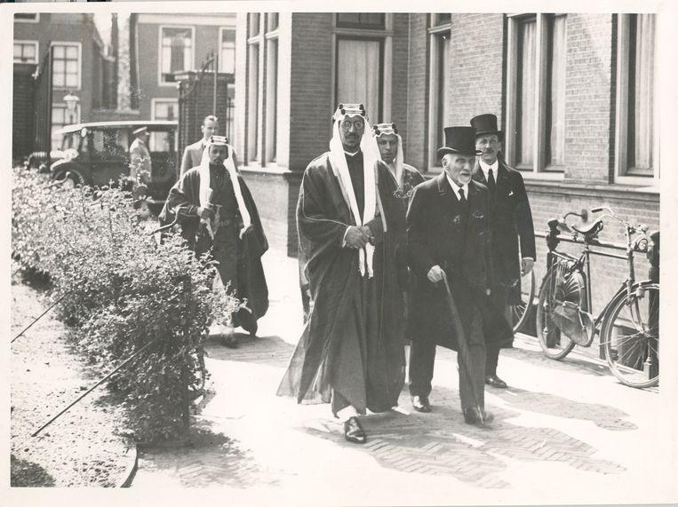 Onder: Snouck Hurgronje (rechts voor) laat de Saoedische  kroonprins Abdoel Aziz al Saoed de Leidse universiteit zien, 1935.  Beeld