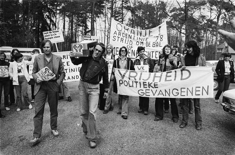 Bram Vermeulen (l.) en Freek de Jonge van Neerlands Hoop wilden met de actie 'Bloed aan de paal' het WK van 1978 in Argentinië boycotten. Beeld Alamy Stock Photo