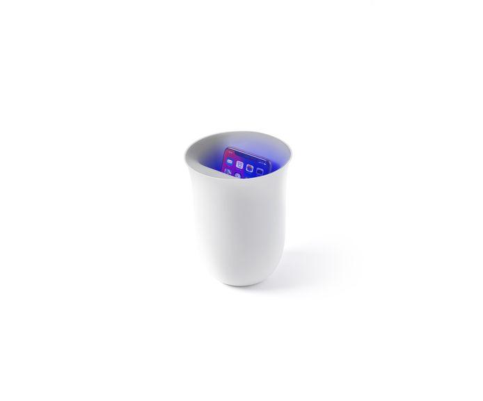 Virusvrij bellen  Feit: op elke toets van elke geldautomaat is de poepbacterie aangetroffen. ('Even pinnen en dan bel ik je terug, oké?') In draadloos oplaadstation Oblio wordt je mobiel tijdens het laden gereinigd met uv-stralen. €85, cadeau-cadeau.nl