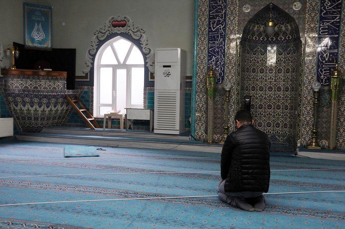 In deze moskee zat echter een constructiefout. Met witte tape zijn nu lijnen aangebracht, zodat de gelovigen in de juiste richting kunnen bidden.