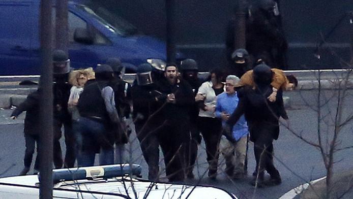 Geredde gijzelaars worden weggevoerd van de joodse supermarkt in Parijs. Vier mensen alsook gijzelnemer Amedy Coulibaly vonden de dood