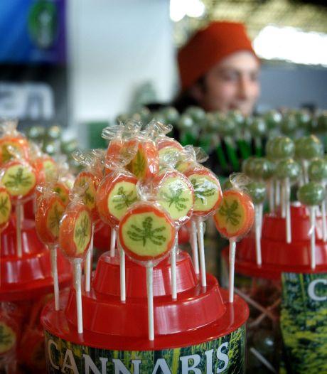 Amsterdam gaat harder optreden tegen cannabisprullaria in toeristenwinkels