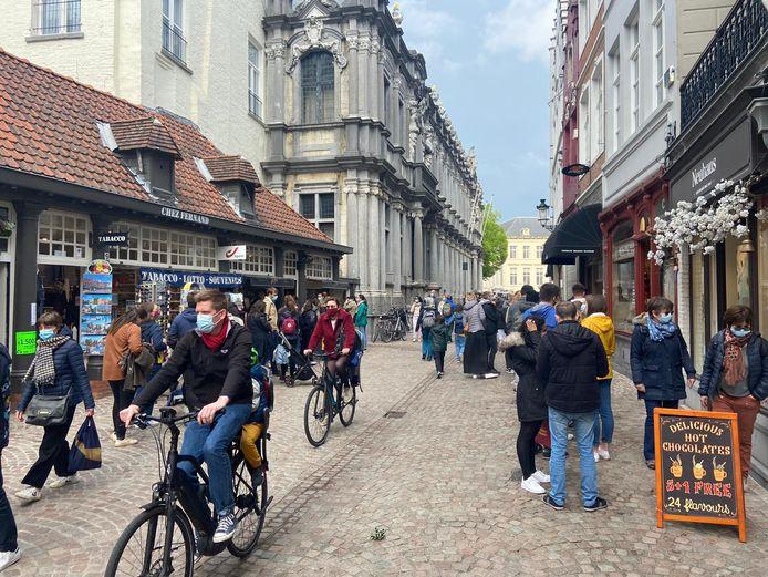 In de Brugse winkelstraten is het gezellig kuieren, of fietsen.