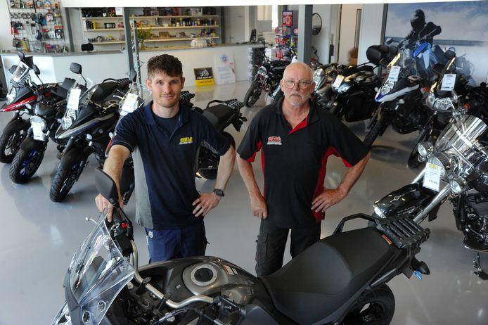 Steven Ovaa (l) met zijn vader Leo in hun motorenzaak in Vlissingen.