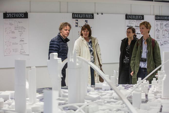 Workshop over de binnenstad door architect Winy Maas (links) in 2017 op Stadhuispein in Eindhoven. Op de voorgrond, nog net herkenbaar, de Catharinakerk op een verhoging.