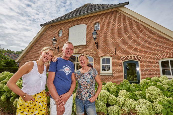 De Familie Meiland bij hun nieuwe woning in het Gelderse Hengelo.