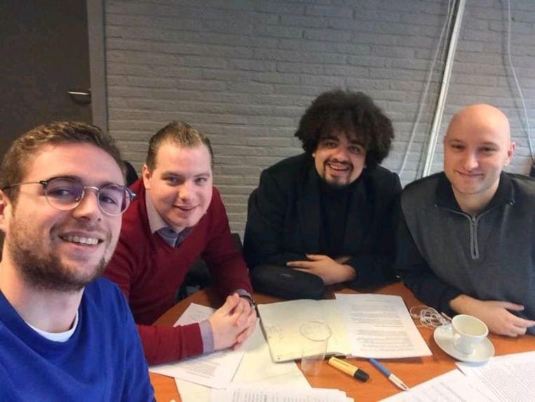 Enkele Jong Vld'ers. Uiterst links voorzitter Lennert Hansen en uiterst rechts politiek secretaris Jorig Wielockx.