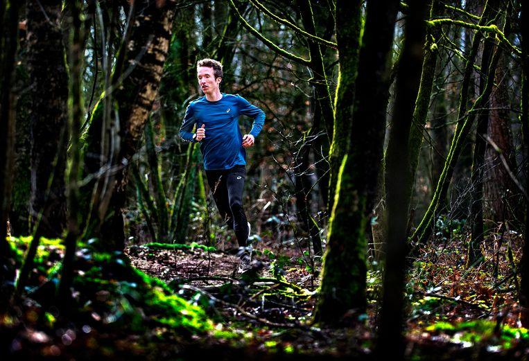 De 25-jarige marathonloper Bart van Nunen in de bossen bij Doorwerth. Beeld Klaas Jan van der Weij / de Volkskrant