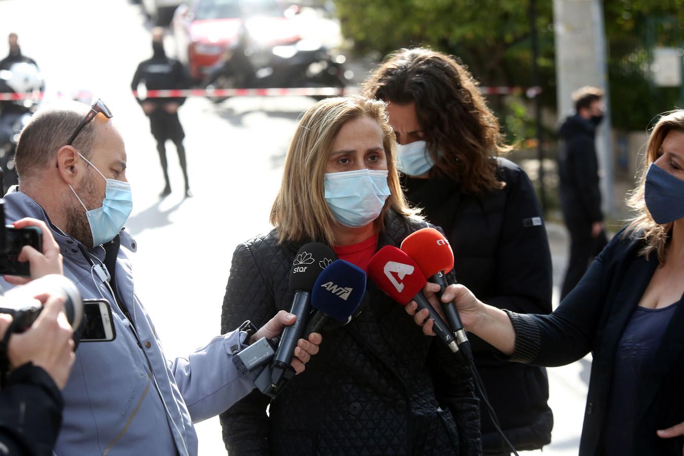 Voorzitter Maria Antoniadou van de Atheense Journalistenunie (ESIEA) legt een verklaring af in de straat voor de woning van Karaivaz.