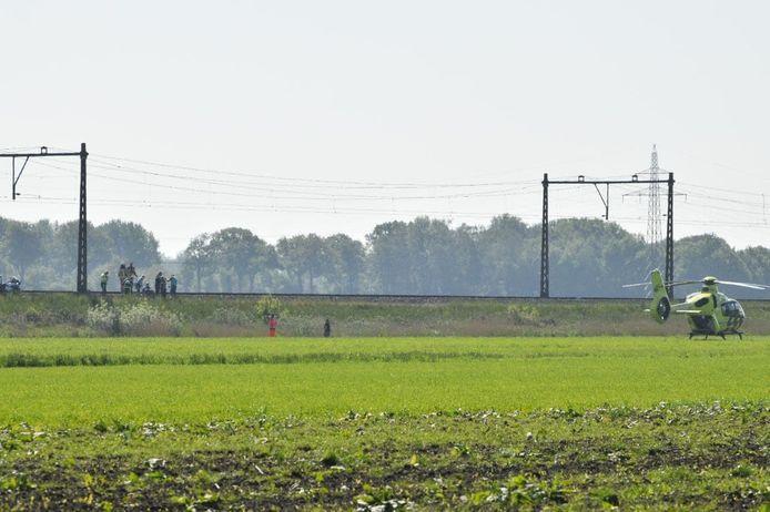 Een traumahelikopter is aanwezig in Nijeveen na een aanrijding met een persoon op het spoor.